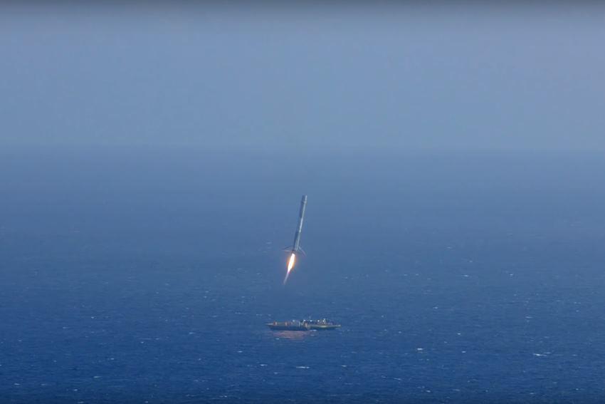 SpaceX впервые в истории посадила ракету Falcon 9 на водную платформу