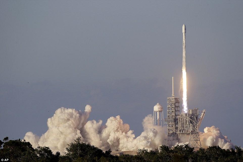 SpaceX запустила ракету со спутником связи