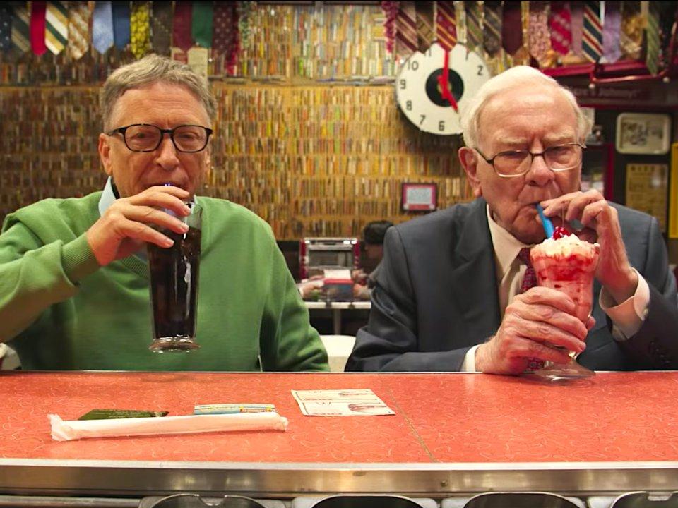 Видео дня: Билл Гейтс и Уоррен Баффет едят сладости и вспоминают свой первый бизнес