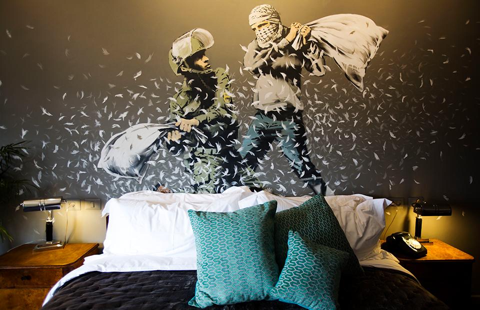 Уличный художник Бэнкси открыл гостиницу