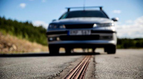 В Швеции открыта первая дорога, которая заряжает электромобили на ходу