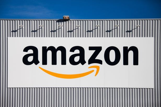 Amazon запатентовала доставку посылок с помощью парашютов