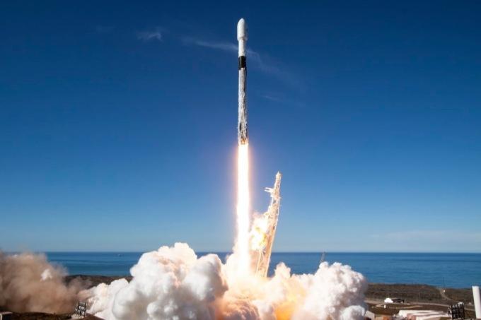 SpaceX побила собственный рекорд по количеству запусков ракет загод