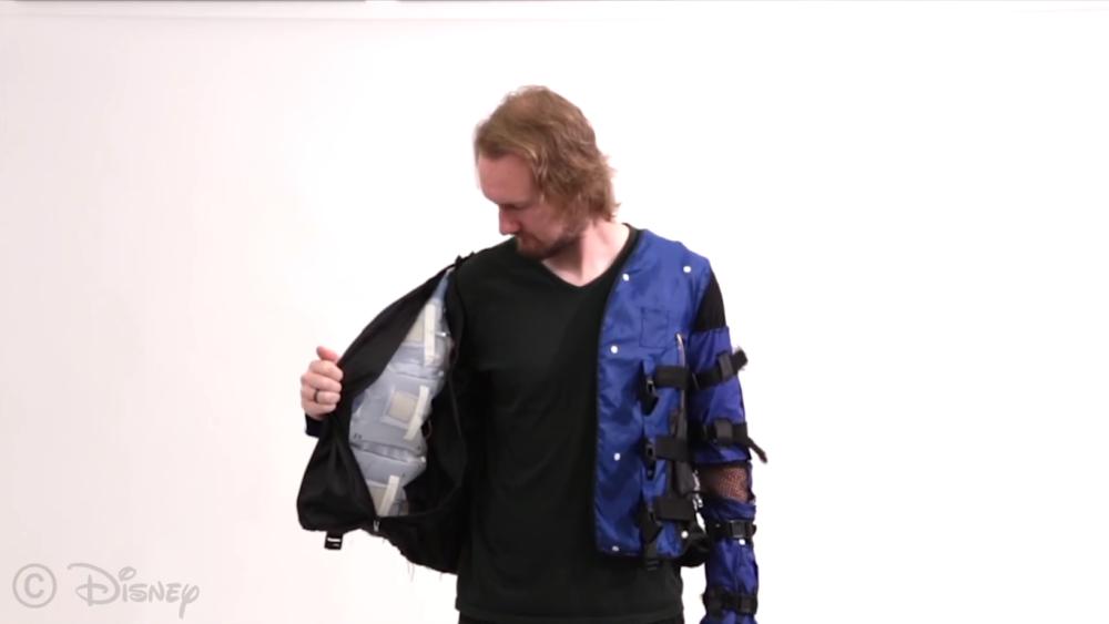 """Disney создали куртку для """"виртуальных обнимашек"""""""