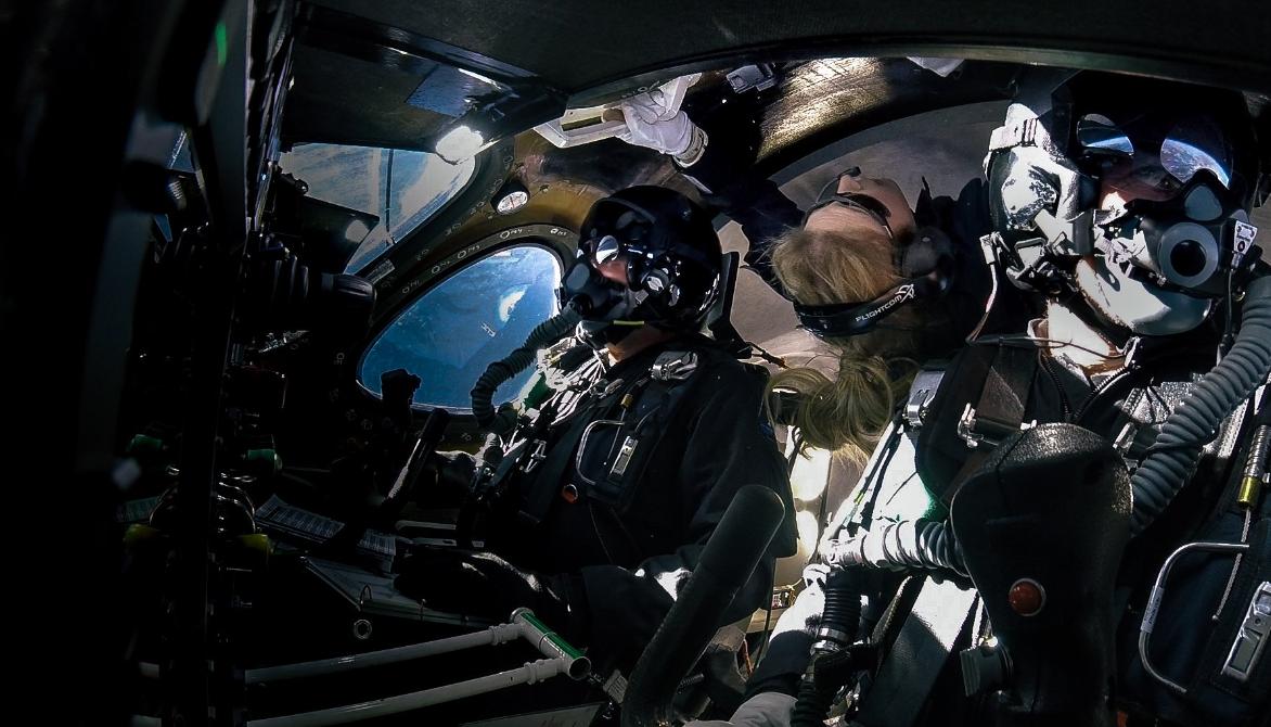 Virgin Galactic Ричарда Брэнсона впервые запустила космоплан с пассажиром на борту