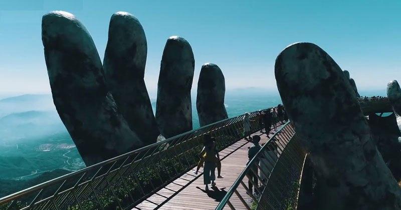 Место дня: мост, который держат гигантские руки во Вьетнаме