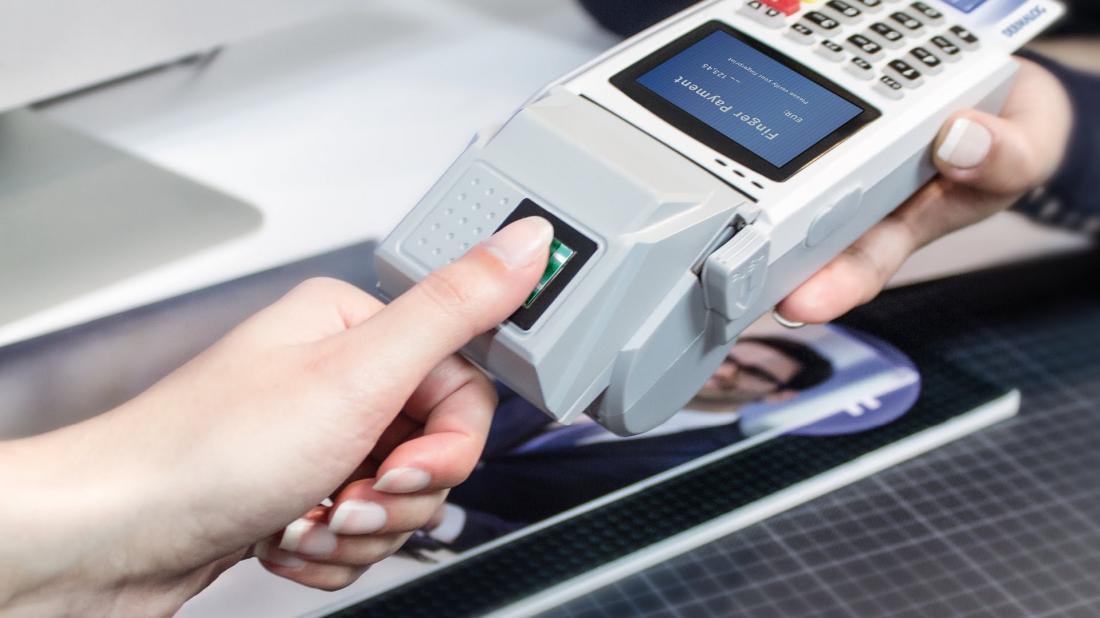 ПриватБанк и Visa запустили технологию оплаты отпечатком