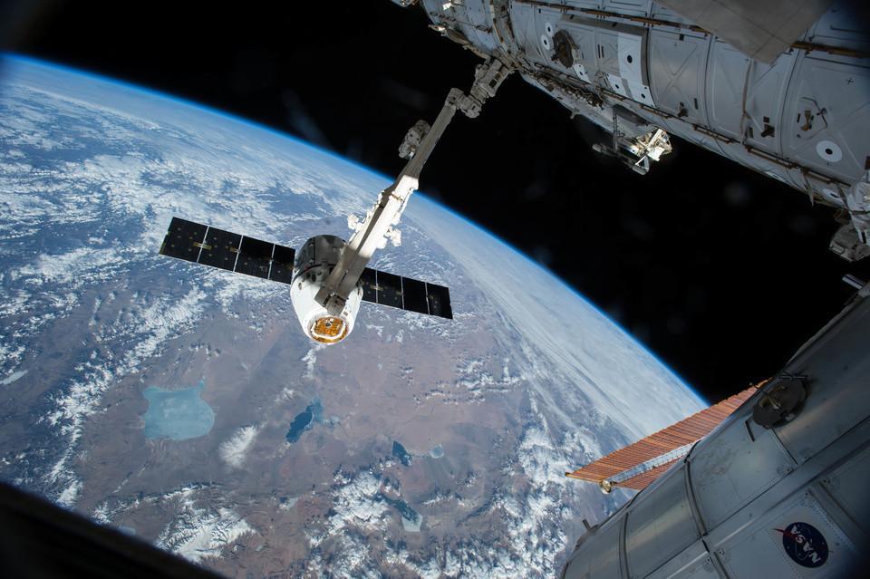 SpaceX анонсировала полет двух туристов вокруг Луны в 2018 году