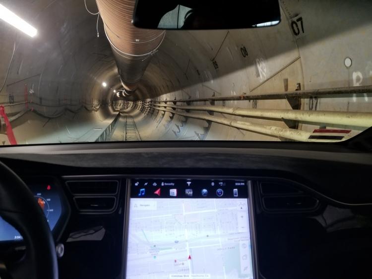 Видео дня: тест-драйв Tesla X в подземном тоннеле Илона Маска