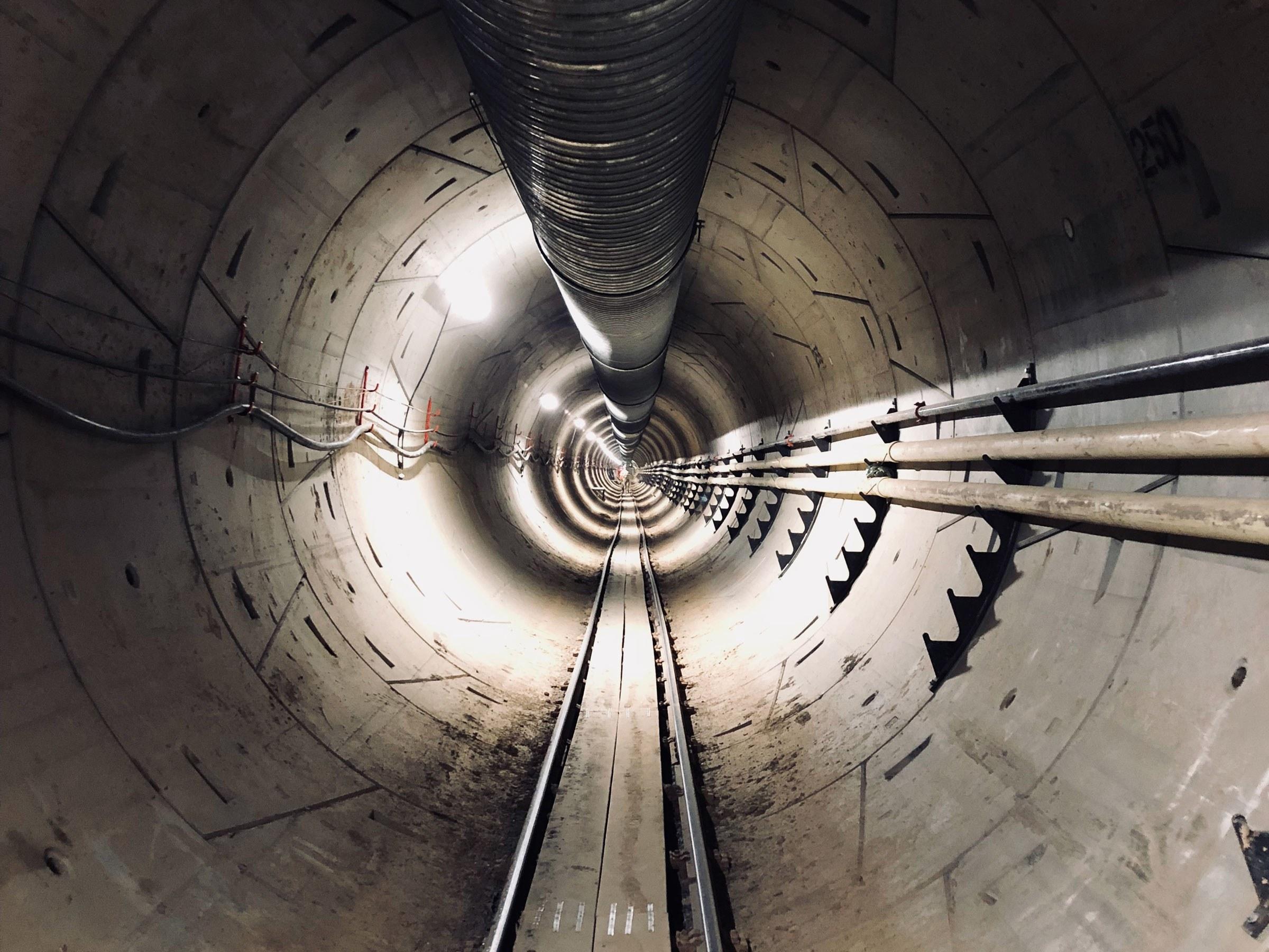 Илон Маск показал свой тоннель под Лос-Анджелесом